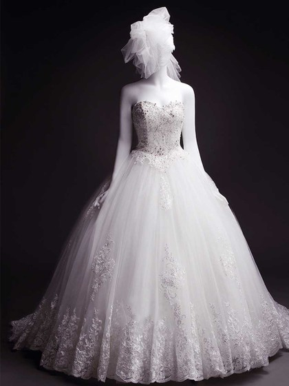 sweetheart beaded lace-up ball gown wedding dress with lace appliques