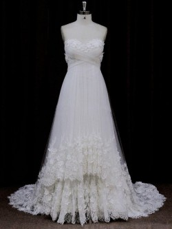exquisite sweetheart wedding dress with refined lace appliques