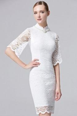 Petite robe blanche fendue col agrémenté de collier – Persun.fr