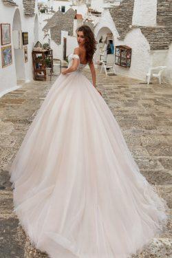 2018 fuera del hombro una línea de vestidos de novia de tul con apliques y bolas tribunal tren U ...