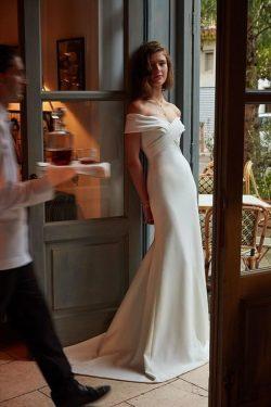 2019 Vestidos de novia de la sirena fuera del hombro satinado con volantes tren de barrido US$ 1 ...