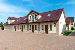 Große Häuser mit Drutex-Fenstern und -Türen