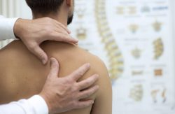 Pain in the shoulder? Advice to relieve it and to avoid relapses