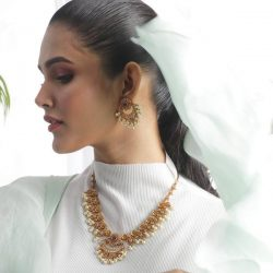 Shop an appealing collection of antique jewellery