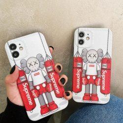 海外限定 シュプリーム KAWS iPhone13/13proケース ソフトケース アイフォン12/13proカバー Supreme カ ...